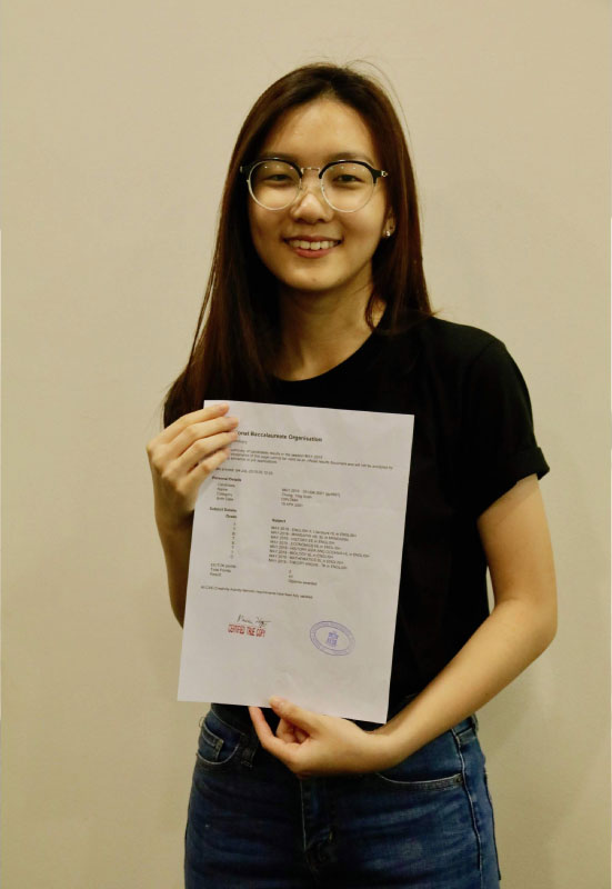 Top SJIIM IBDP Scorer Chong Ying Xuan with her results