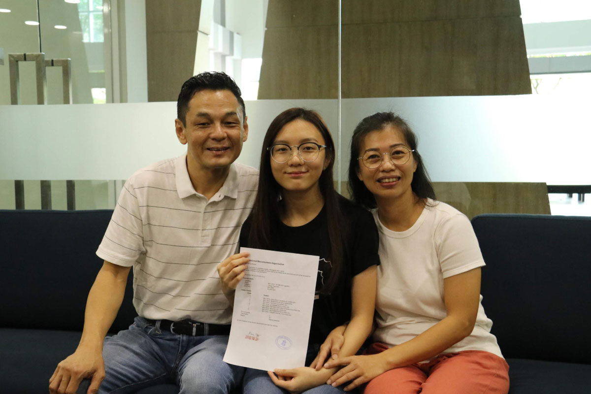 Top SJIIM IBDP Scorer Chong Ying Xuan with her proud parents